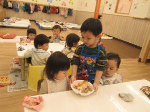 ちびっこらんど七里園 保育園 配膳のお手伝い写真