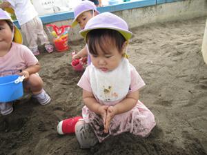 ちびっこらんど七里園 保育園  こども公園砂遊び写真